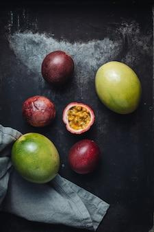 Świeże i soczyste surowe owoce marakui na stole