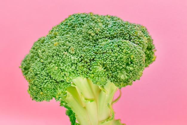 Świeże i surowe brokuły na różowym tle niegotowana zielona kapusta