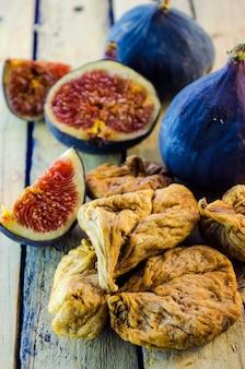Świeże i suszone figi na drewnianym stole