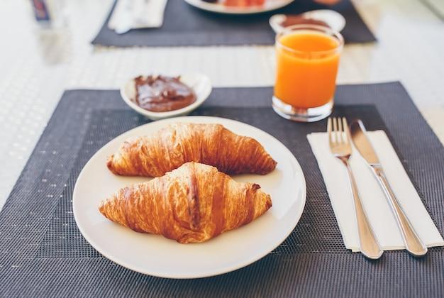 Świeże i wykwintne śniadanie w restauracji.
