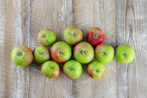 Świeże jabłka na drewnie