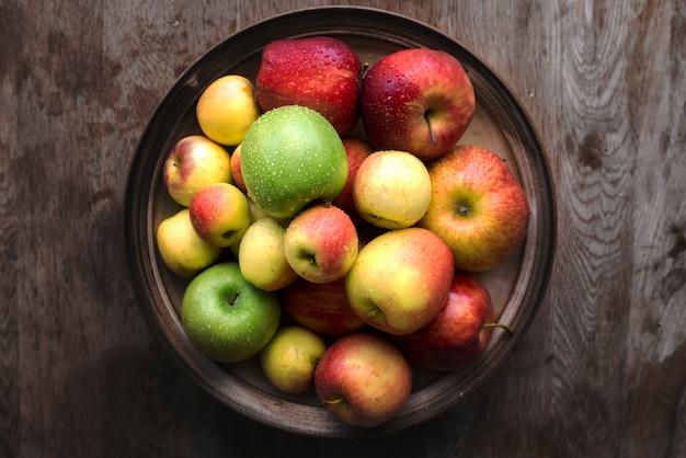 Świeże jabłka w misce