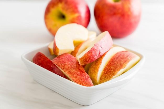 Świeże jabłka w plasterkach