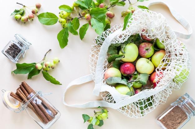 Świeże jabłka w siatce torby na zakupy. zero odpadów, brak koncepcji plastiku. zdrowa dieta i detoks. jesienne zbiory. widok płaski, widok z góry.