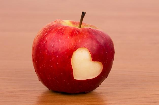 Świeże jabłko z sercem, motywem walentynki