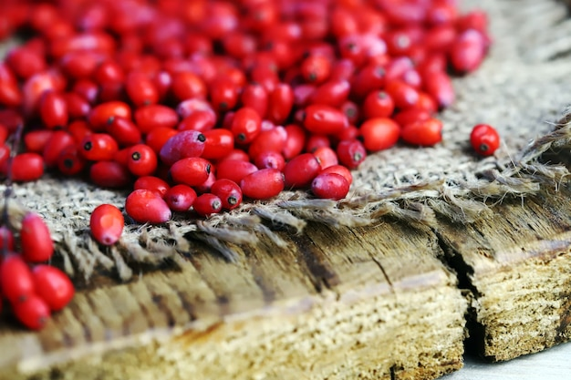 Świeże jagody berberysu na drewnianej powierzchni