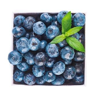 Świeże jagody i liście, jagody ramki na białym tle na białym tle, widok z góry.