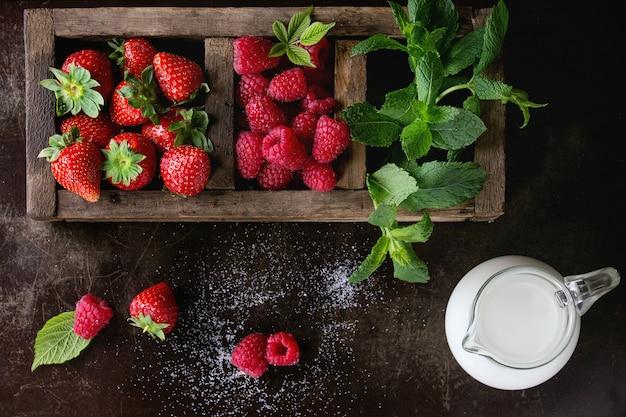 Świeże jagody i mięta