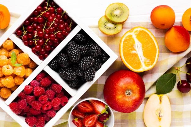 Świeże jagody i owoce leżą płasko