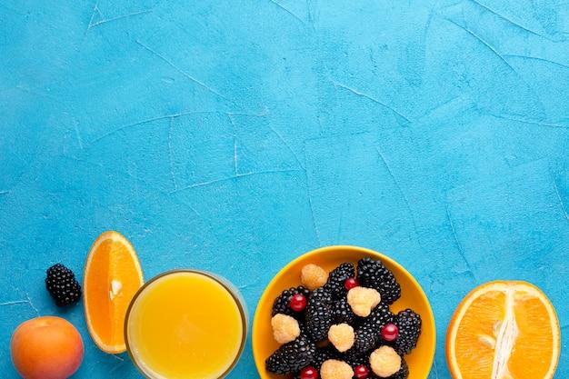 Świeże jagody i owoce leżące płasko z copyspace
