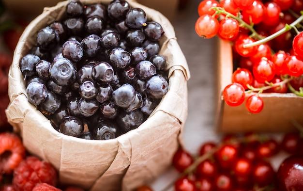 Świeże jagody i winogrona w koszach
