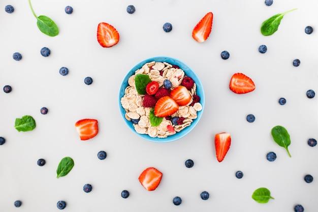 Świeże jagody, jogurt i domowej roboty muesli na śniadanie