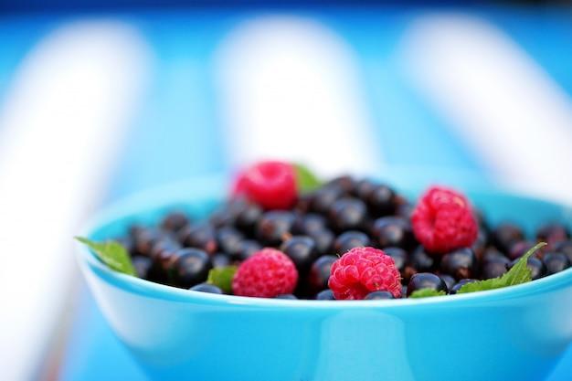 Świeże jagody na błękitnym pucharze