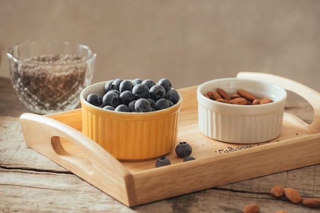 Świeże jagody na starym drewnianym stole