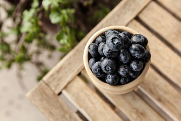 Świeże jagody w drewnianej misce