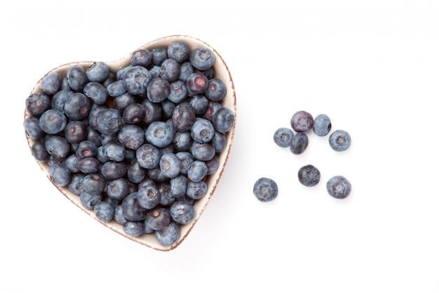 Świeże jagody w misce w kształcie serca