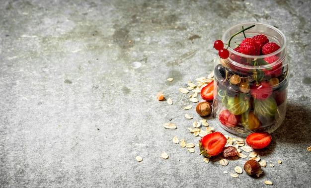 Świeże jagody z musli. na kamiennym stole.