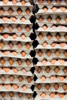 Świeże jaja kurze w kartonowym opakowaniu