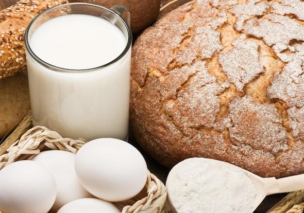 Świeże jajka i dużo chleba