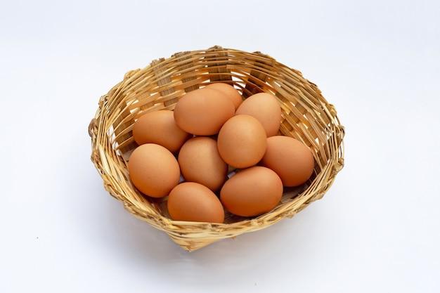 Świeże jajka na białej powierzchni