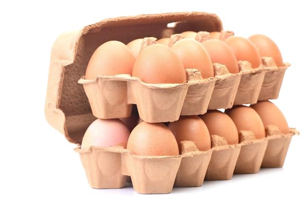 Świeże jajka na białym tle