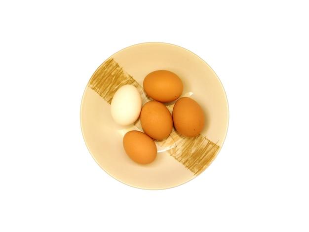Świeże jajka na talerzu