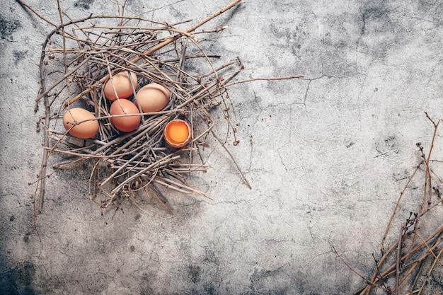 Świeże jajka, składnik naturalnego i zdrowego śniadania
