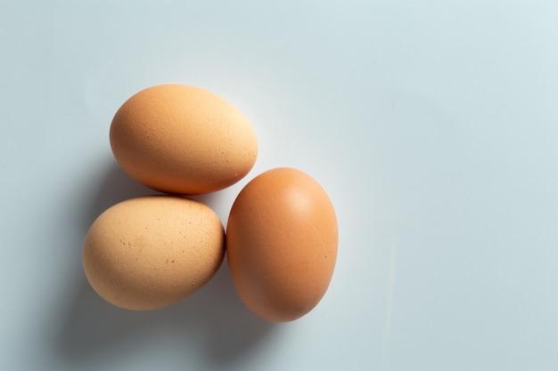 Świeże jajka w misce.
