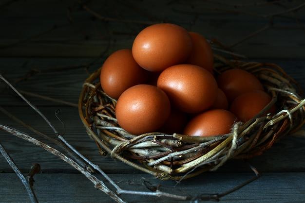 Świeże jajo kurze. wiklinowy kosz z jajami kurzymi. jajko wielkanocne.