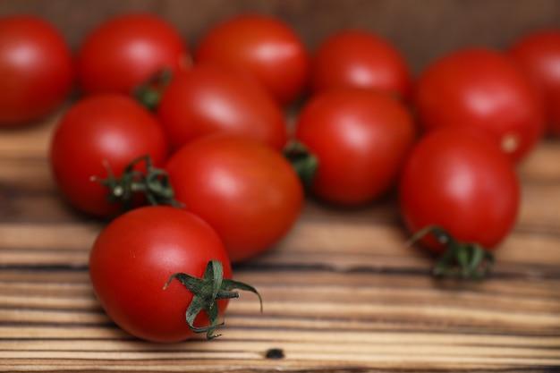 Świeże, jasne i soczyste pomidory na kuchennym stole