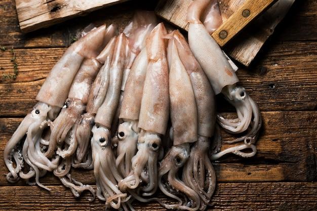Świeże kalmary totani z morza śródziemnego. rynek sycylii