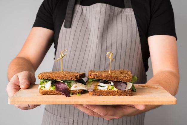 Świeże kanapki na drewnianej desce