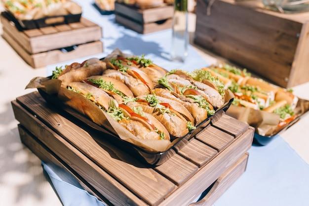 Świeże kanapki podwodne z szynką, serem, boczkiem, pomidorami, sałatą, ogórkiem i cebulą