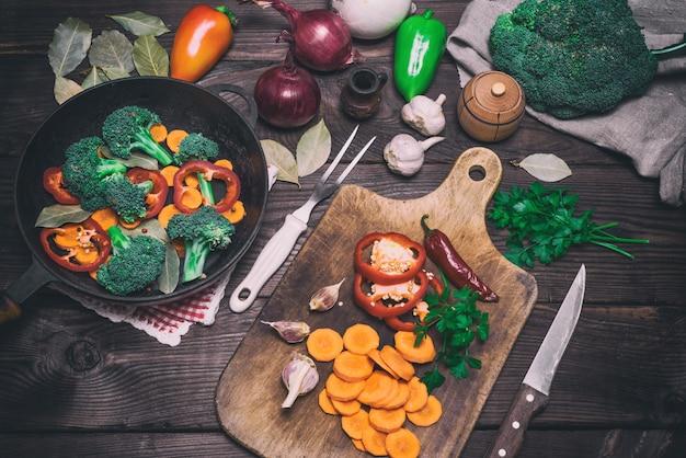 Świeże kawałki marchwi, brokułów i czerwonego pieprzu