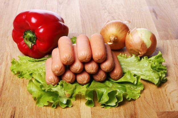 Świeże kiełbasy i warzywa