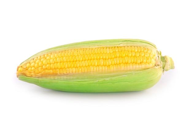 Świeże kłosy kukurydzy z liści zestaw na białym tle