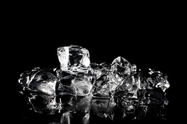 Świeże kostki lodu topi na ciemnym tle