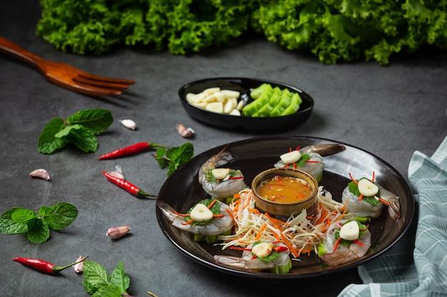 Świeże krewetki namoczone w sosie rybnym, tajskie jedzenie.