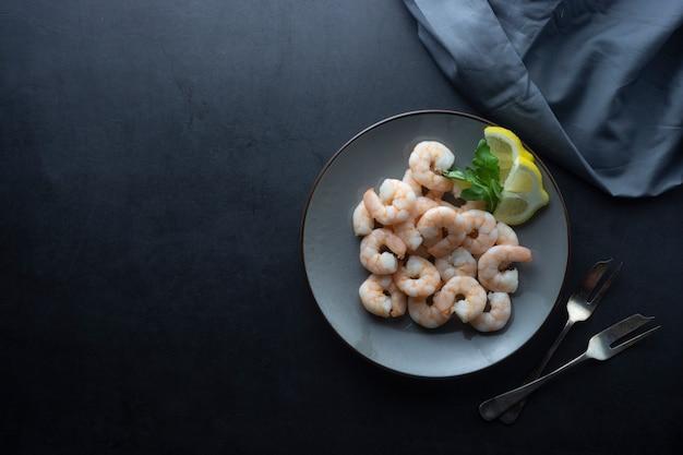 Świeże krewetki w talerzu. zdrowe jedzenie. widok z góry. skopiuj miejsce
