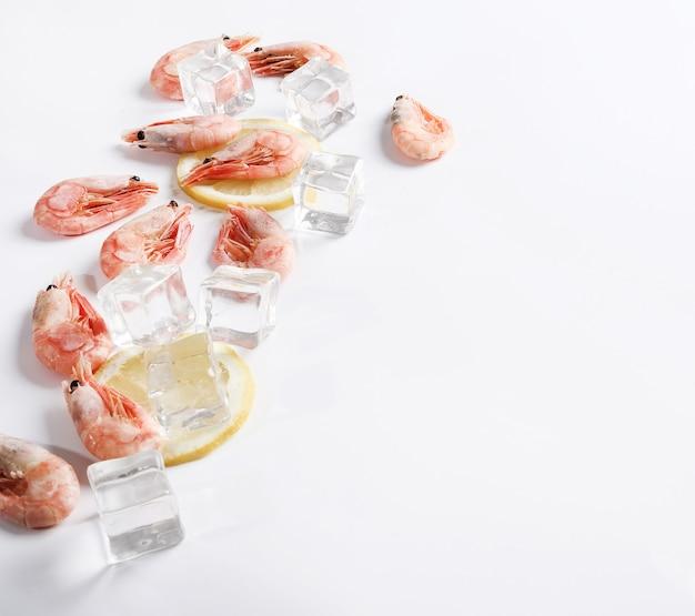 Świeże krewetki z lodem i cytryną