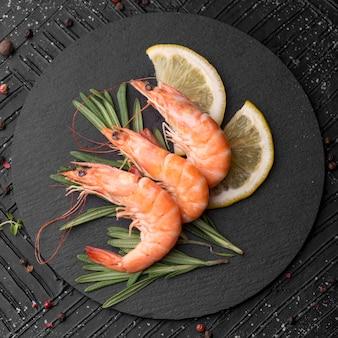 Świeże krewetki z owoców morza na talerzu