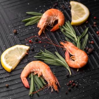 Świeże krewetki z owoców morza z ziołami i cytryną