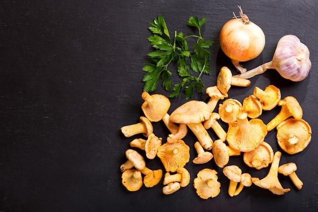 Świeże kurki ze świeżych warzyw do gotowania, widok z góry