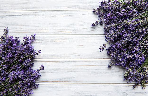 Świeże kwiaty lawendy bukiet na białej powierzchni drewnianych