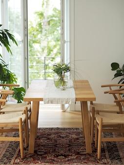 Świeże kwiaty w szklanym wazonie stojącym na drewnianym stole w białym wnętrzu jadalni z orientalnym dywanem. projektowanie wnętrz w minimalistycznym stylu.