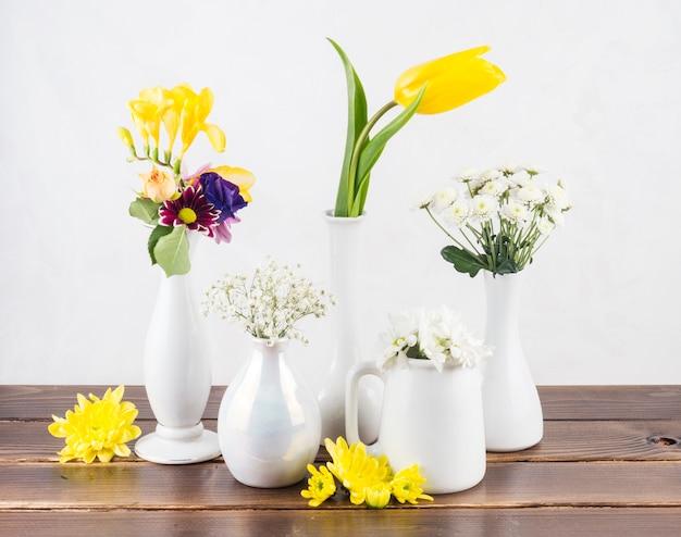 Świeże kwiaty w wazonach na pokładzie