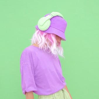 Świeże lato dj dziewczyna. monochromatyczny waniliowy styl imprezowy. minimalne trendy w projektowaniu