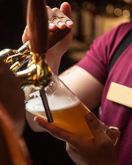 Świeże lekkie piwo od barmana