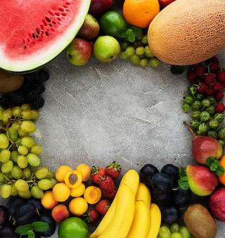 Świeże letnie owoce i jagody
