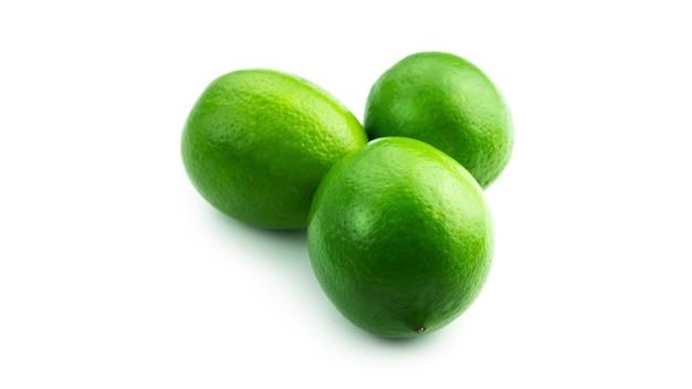 Świeże limonki na białym tle